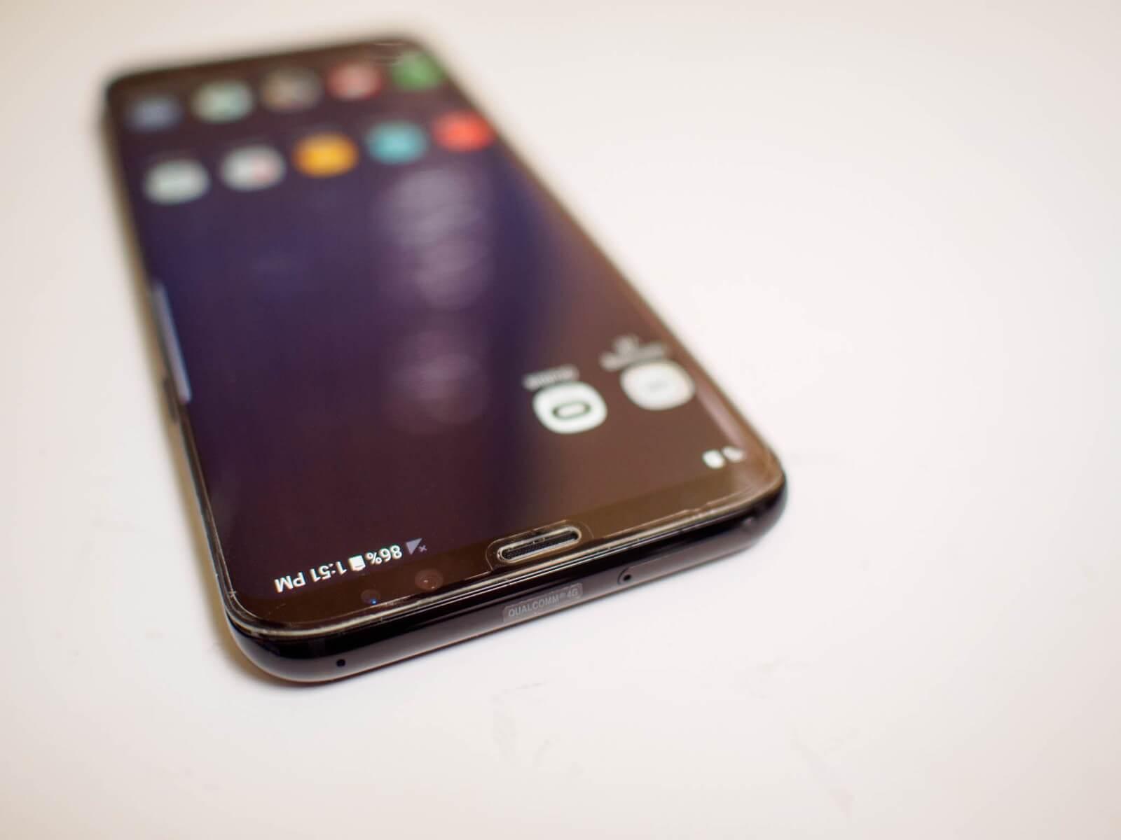 Прозрачное защитное стекло наклеенное на Galaxy S8